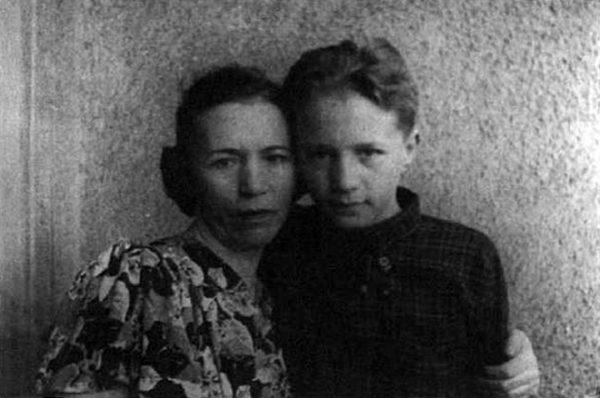 Будущий известный писатель в детстве со своей мамой