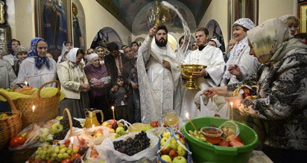 Освящение яблок в церкви