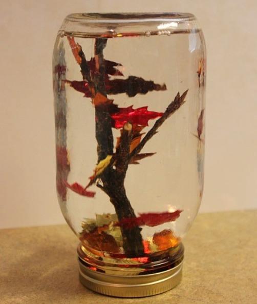 Осеннее дерево под стеклом