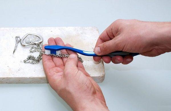 Зубная паста для очищения серебряных изделий