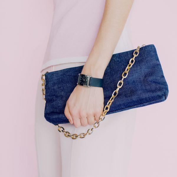 Модная сумочка с золотистой цепочкой