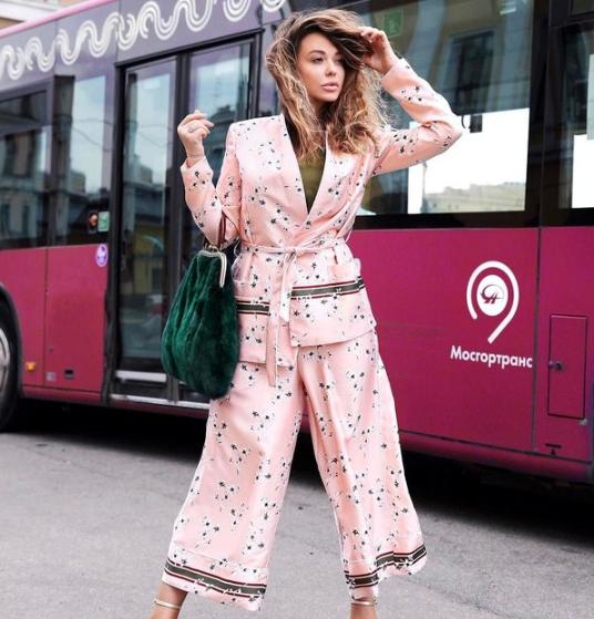 Модный комплект с укороченными брюками