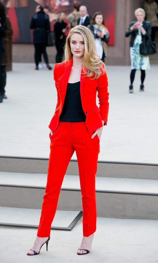 Брючный костюм насыщенного красного цвета
