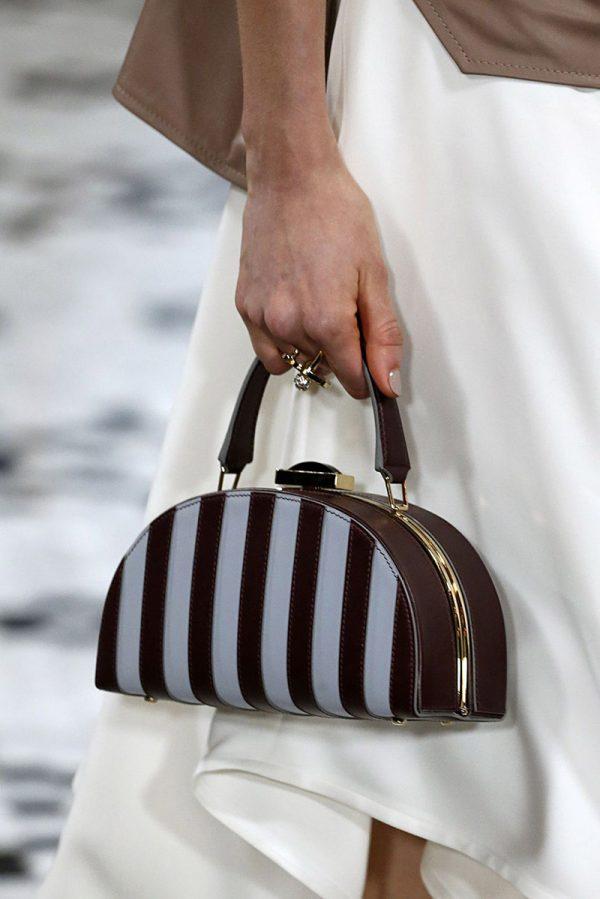 Женская сумочка полукруглой формы