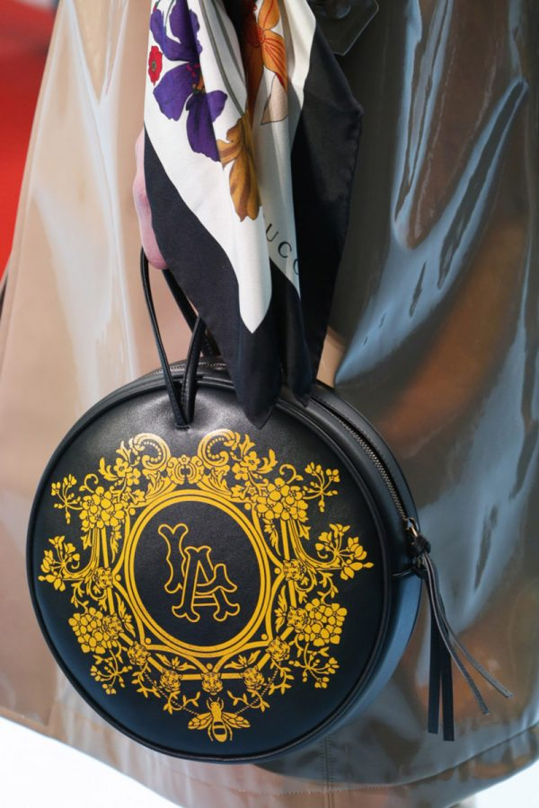 Модная сумочка с ярким принтом