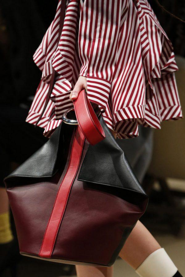 Женская сумка внушительных размеров