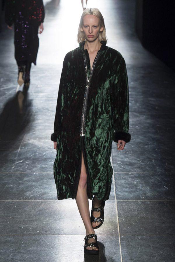 Модное пальто зеленого оттенка