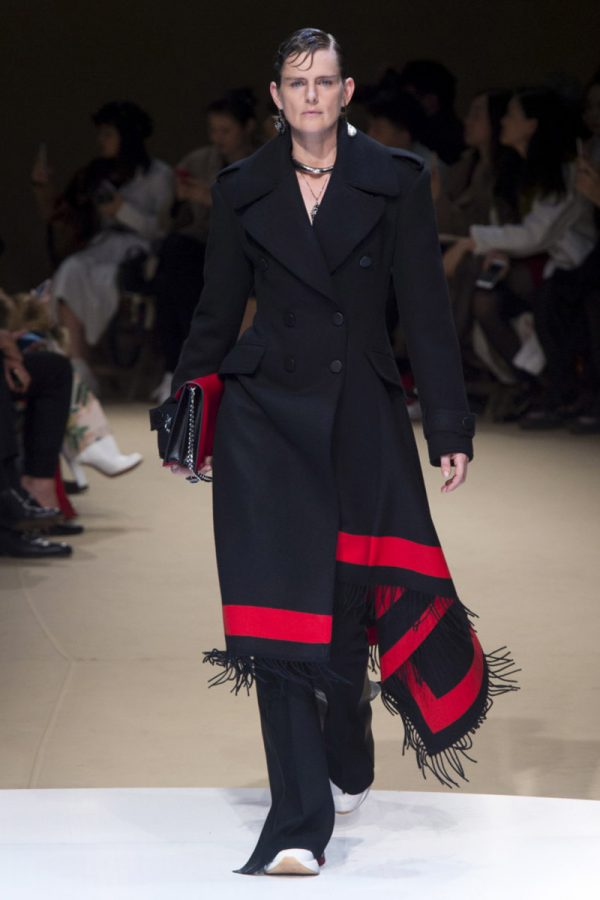 Женское пальто в красную полоску