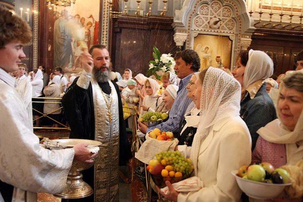 Освещение яблок в церкви