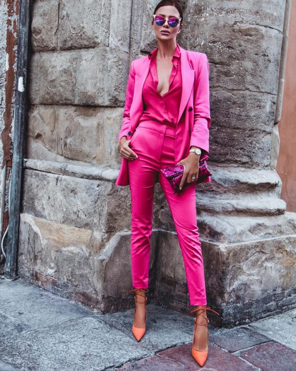Брючный костюм насыщенного розового оттенка