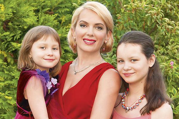 Известная актриса со своими дочерьми