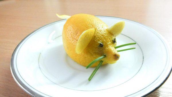 Желтая мышь из фруктов