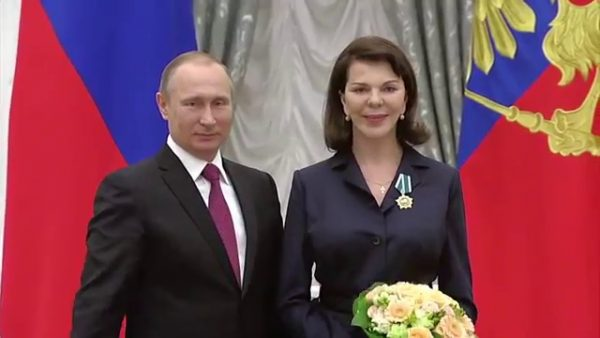 Владимир Путин награждает Консуэло де Авиланд