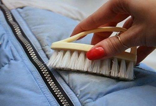 Предварительное очищение пуховика щеткой