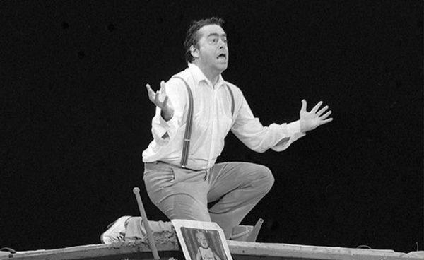 Известный юморист на сцене театра