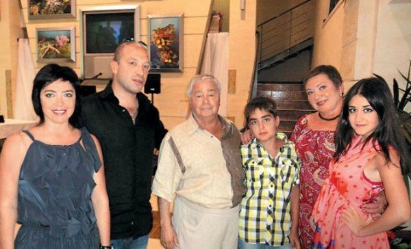 Сатирик и юморист со своей семьей