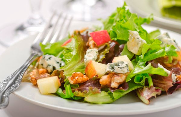 Салат с козьего сыра и грецких орехов