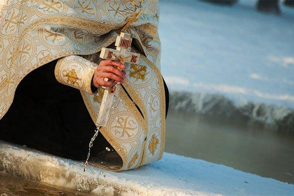 Великий христианский праздник Крещение 19 января: история, обычаи, традиции и обряды. Освещение воды, Крещенские купания в проруби, гадания и приметы на Крещение