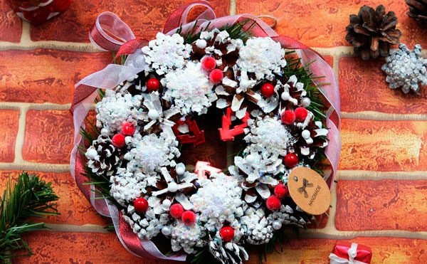 Рождественский венок из шишек своими руками
