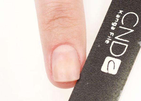 Для начала подготавливаем ногти