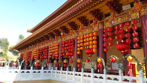 Жители посещают храмы