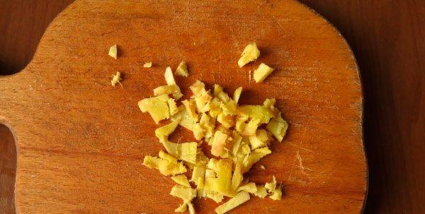 Для маринада мелко измельчаем имбирь