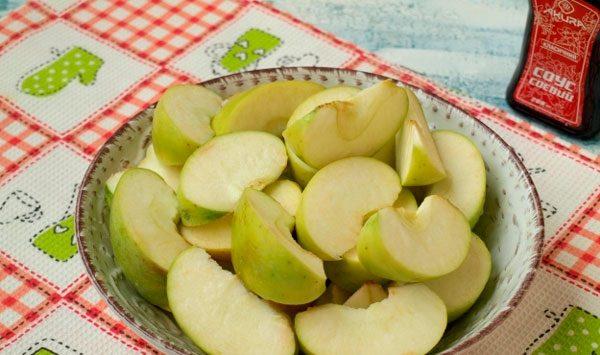 Яблоки нарезаем дольками