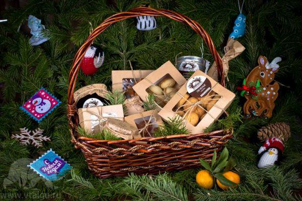 Корзина с рождественскими сладостями