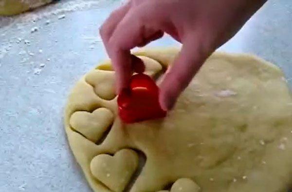 Используя формочки, формируем печенье