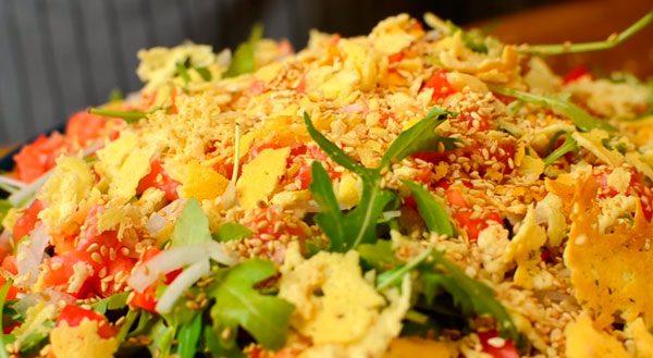 Салат с семгой, рукколой и пармезаном