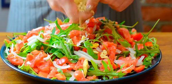 Обсыпаем салат