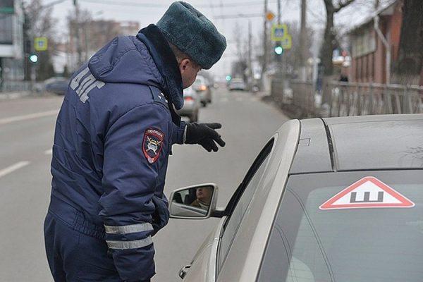 Обязательно ли клеить знак шипы на автомобиль в 2018-2019 году?