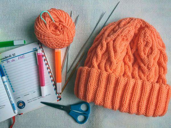 Материалы и инструменты, используемые для вязания шапок спицами