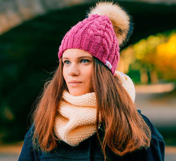 Стильная шапка с косами фото
