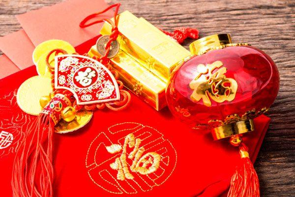 Когда начинается празднование, обмениваются подарками