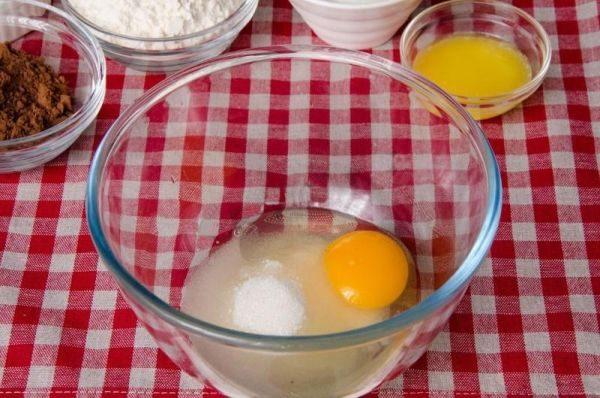 Разбиваем в глубокую тарелку яйца и добавляем к ним сахар