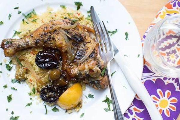 Утка кусочками в рукаве с оливками и черносливом