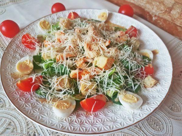 Новогодний салат с перепелиными яйцами и помидорами черри без майонеза