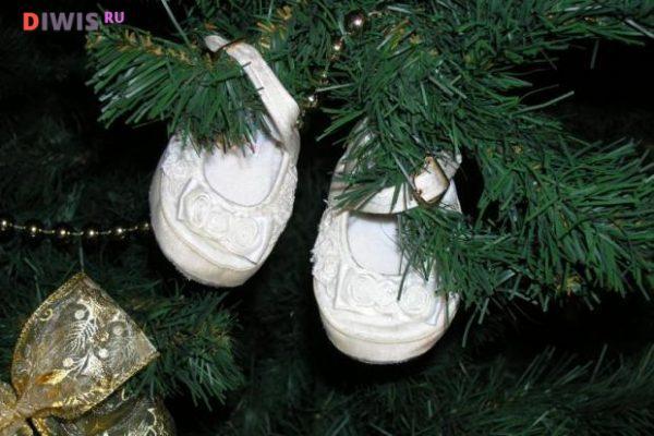 елку стоит украсить детскими пинетками