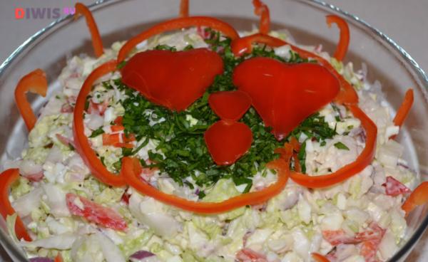 Салат с курицей, пекинской капустой и перцем