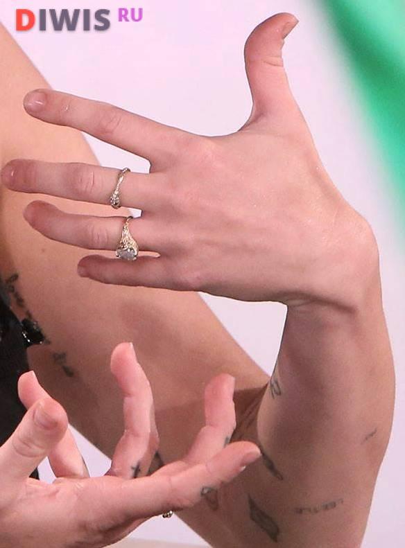 Вскоре после возобновления отношений с Лиамом на пальце Майли вновь появилось кольцо
