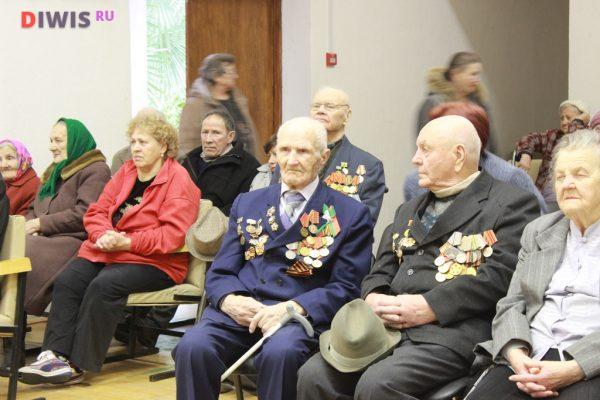 В период до Дня Победы школьники и волонтеры посещают дома ветеранов