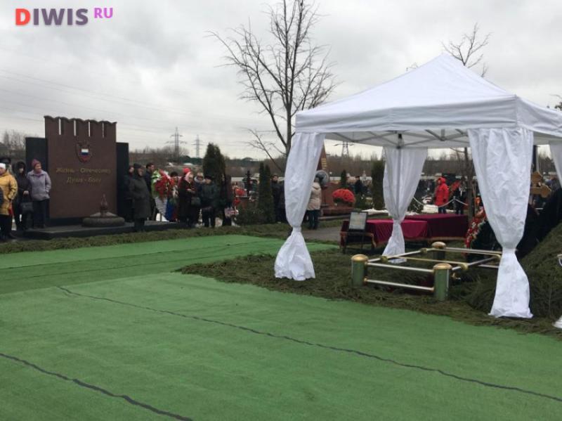 Фото с похорон Юлии Началовой
